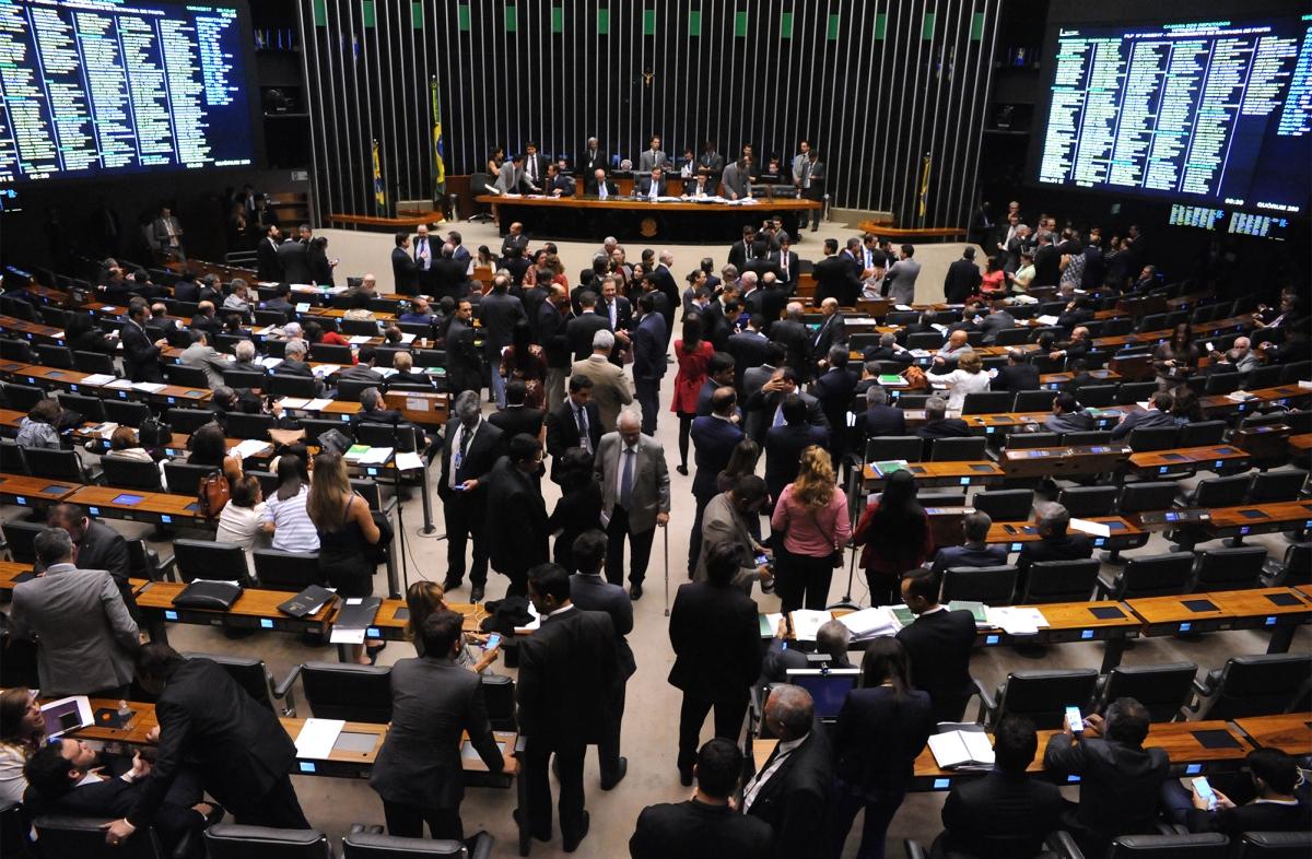 Deputados começam a discutir déficit fiscal e podem votar reforma política